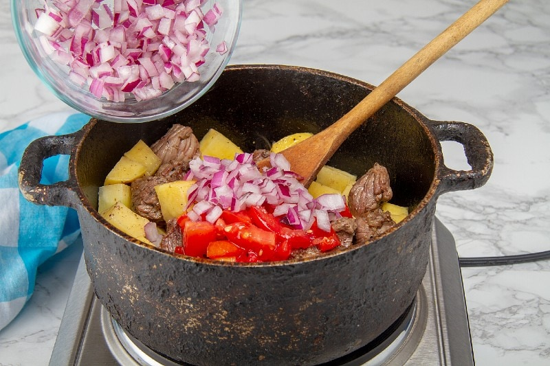 add onions and peppers to seco de carne