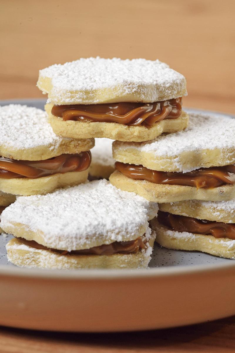 Alfajores Peruanos - Peruvian manjar blanco cookies